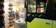 Mecidiyeköyde İETT otobüsü terlik mağazasına girdi