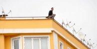 'Mobbing var' diyerek çatıya çıktı