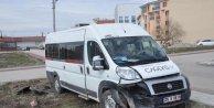 Öğrenci minibüsü otomobille çarpıştı: 10 yaralı
