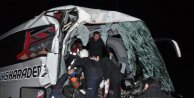 Otobüs, tuğla yüklü kamyona arkadan çarptı: 2 ölü, 13 yaralı