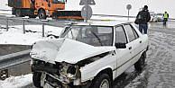 Otomobil, Kar Küreme Kamyonuna Çarpti: 2 Yaralı
