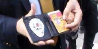 Polis rozeti ve sahte basın kartıyla yakalandı