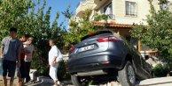 Savrulan otomobil duvarı yıkıp evin bahçesine girdi