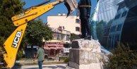 Sındırgıda leylek yuvasından sonra Atatürk heykeli de kaldırıldı