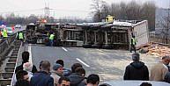 TEM'in Arifiye geçişinde TIR devrildi, Ankara yönü 1.5 saat ulasıma kapandı