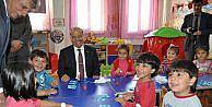 Vali, Miniklerle Oyun Oynadı, Şarki Söyledi