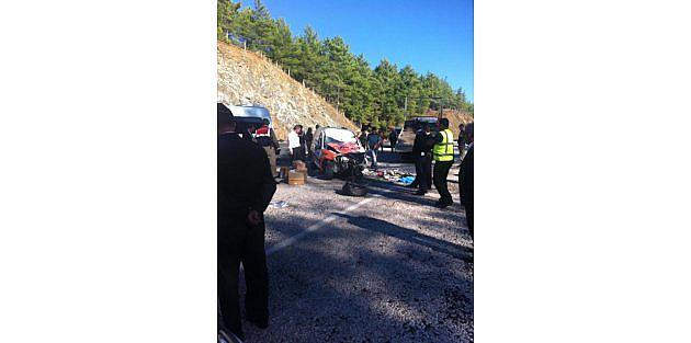 Yol Çalişmasi Yapılan Yolda Tur Minibüsü Kaza Yaptı: 1 Ölü, 7 Yaralı