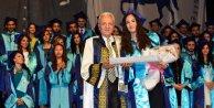 Yüksekokul öğrencilerinin mezuniyet sevinci