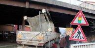 Zonguldakta TIR köprüye sıkıştı