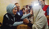 Emine Erdoğan Arakanlı Müslümanlara yardım dağıttı