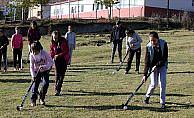 Taşımalı eğitim öğrencileri çim hokeyi öğreniyor