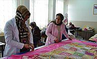 Çocukları derste anneleri okulun atölyesinde mesaide