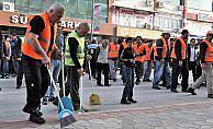 İşçiler iş bırakınca sokakları belediye başkanı ile personel temizledi