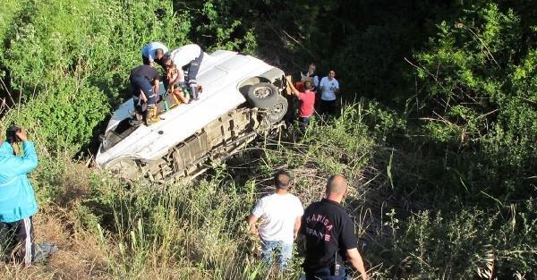 Uçuruma yuvarlanan minibüsün sürücüsü ağır yaralandı