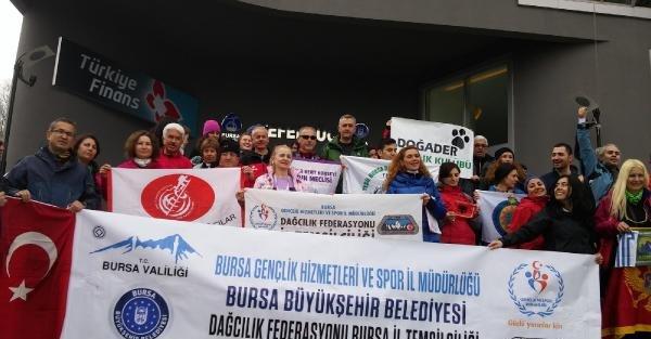 Uludağ'ın zirvesine tırmanarak kadına şiddeti protesto ettiler
