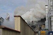 Pendik'te yangın; Sunni çim üreten fabrikada yangın çıktı