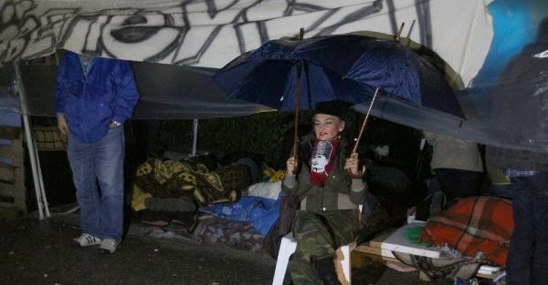 Validebağ'da Yağmur Altında Nöbet Tuttular
