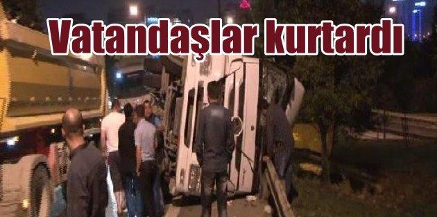 Yaralı kamyon sürücüsü araçtan vatandaşlar çıkardı