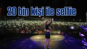 Derya Uluğ Ankara konserinde 20 bin kişi ile selfie çekti